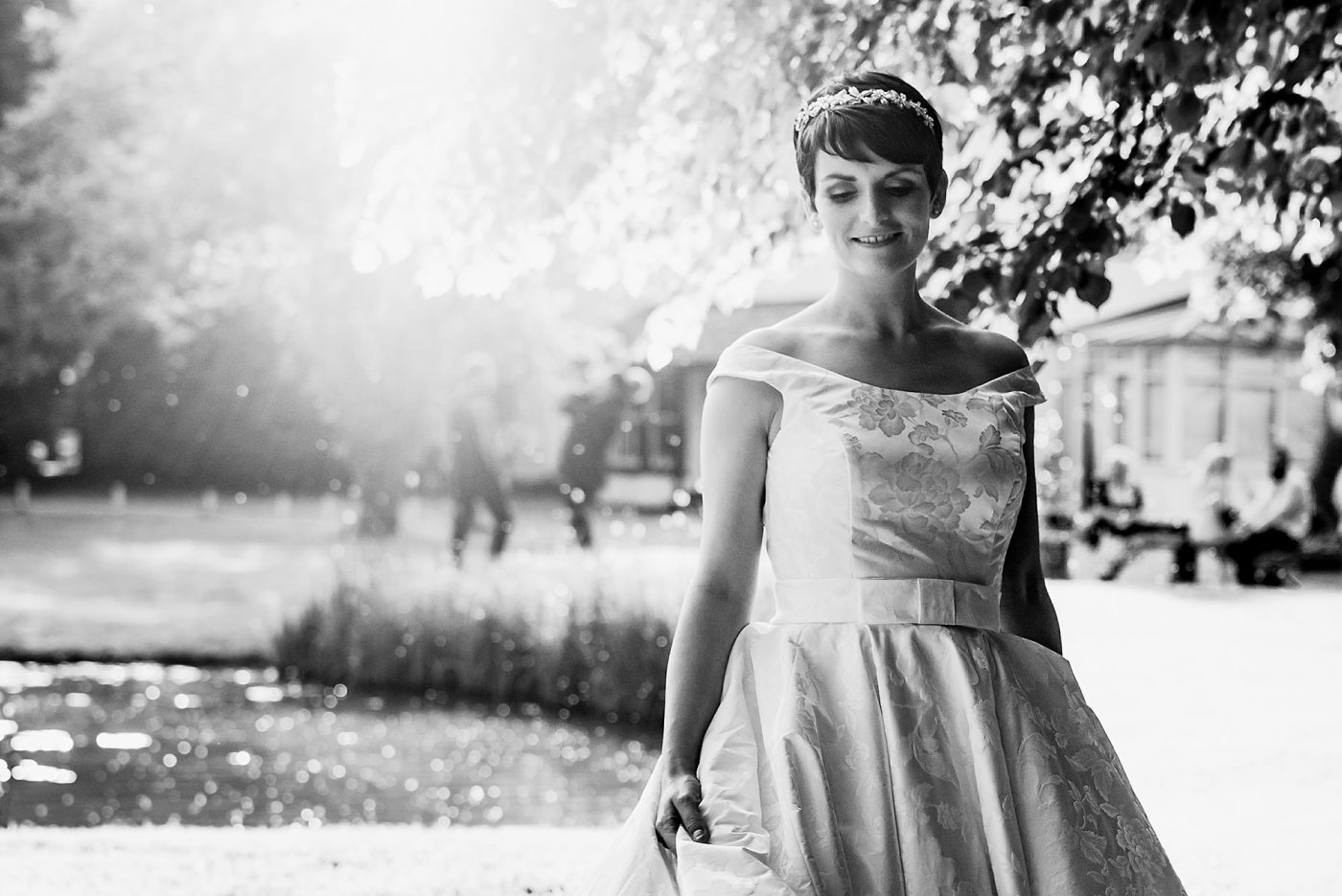 blakc and white photo of the bride with sun flare